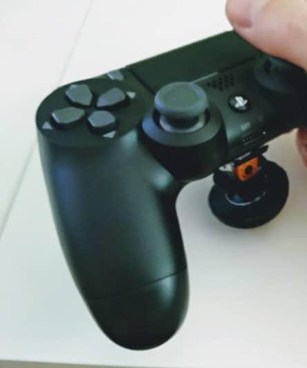 Des manettes de jeux vidéo adaptées pour jouer avec une seule main